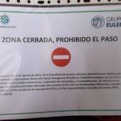 Cartel de prohibición al acceso de parques forestales