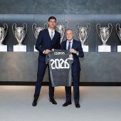 El presidente del Real Madrid, Florentino Pérez, posa junto a Courtois tras anunciarse la renovación del contrato