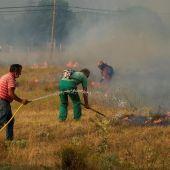 Bomberos y vecinos tratando de apagar el incendio de Ávila