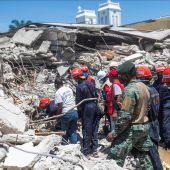 Los equipos de rescate buscan a los supervivientes del terremoto entre los escombros