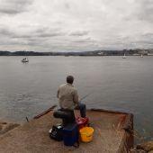Pescador en el dique de abrigo de A Coruña