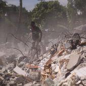 Personas rebuscando entre los escombros tras el terremoto de Haiti