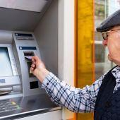 Persona mayor utilizando un cajero