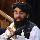 El portavoz talibán, Zabihullah Mujahid, durante la rueda de prensa en Kabul