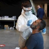 Personal sanitario realiza pruebas de diagnóstico para detectar el coronavirus