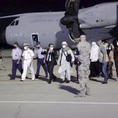 Los ministros de Exteriores y Migraciones reciben al grupo de ciudadanos españoles y colaboradores del operativo de repatriación de España