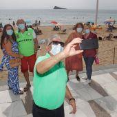 Un grupo de personas mayores haciéndose una foto en la playa
