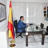 Pedro Sánchez, en alpargatas, en su despacho de La Mareta.
