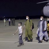Llegada del primer avión desde Afganistán con ciudadanos españoles y colaboradores del operativo de repatriación de España hoy, en la base militar de Torrejón de Ardoz (Madrid).
