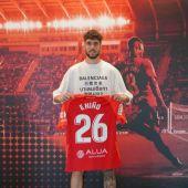 El delantero Fer Niño posa con la camiseta del Real Mallorca.