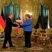 Putin y Merkel reconocen la necesidad de diálogo con los talibán para analizar el futuro de Afganistán