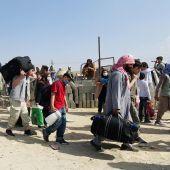 El caos sigue rodeando el aeropuerto de Kabul, escenario de desesperación y violencia