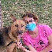 Gemma Ruiz con su perro Danko