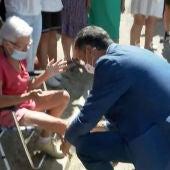 El conmovedor gesto de Pedro Sánchez al firmar la escayola de Paquita, una vecina de Sotalbo