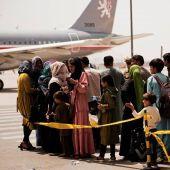Refugiados en el aeropuerto de Kabul