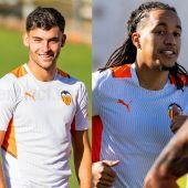 Hugo Duro y Helder Costa en su primer entrenamiento con el Valencia