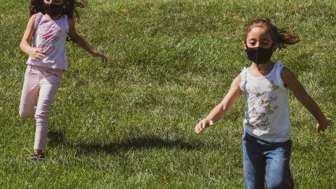Niños con mascarilla