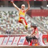 Iván Cano salta en el estadio olímpico de Tokio