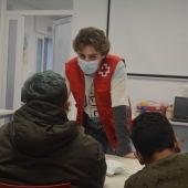 Voluntarios de Cruz Roja atendiendo a la ciudadanía