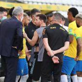 Messi, capitán de la selección argentina, habla con Tite, entrenador de Brasil, durante la suspensión del partido