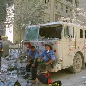 Equipos de rescate toman un descanso durante los trabajos en la Zona Cero tras los atentados del 11S