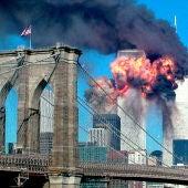 Las Torres Gemelas ardiendo tras el ataque terrorista con dos aviones en Nueva York el 11S