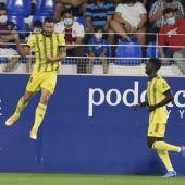 Borja Bastón y Obeng festejan el 0-1 en Huesca