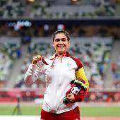 La atleta española Míriam Martínez Rico celebra en el podio la plata en lanzamiento de peso de los Juegos Paralímpicos de Tokio 2020