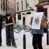 La vicealcaldesa, Sara Fernández, ha atendido a las explicaciones de la guía, Mª Jesús Cinto, en la calle Antonio Agustín