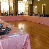 La Uni. de Oviedo celebro un Consejo Rectoral extraordinario en el Casino de Navia.
