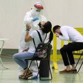 Sanitarios realizando test covid