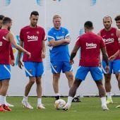 Koeman dirigiendo un entrenamiento del FC Barcelona