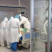 Un paciente de covid es atendido por personal sanitario