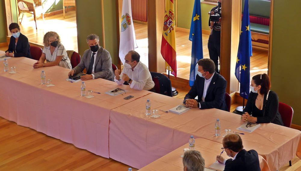 La Uni. Oviedo celebro Consejo Rectoral extraordinario en el Casino de Navia.