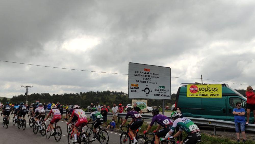 Xente de Oscos-Eo visibilizando problema al paso vuelta ciclista España.