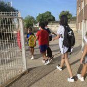 Estudiantes accediendo a un centro docente de Crevillent.