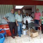 Ramón Camblor y otros miembros del colectivo durante el reparto