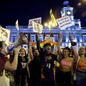 Cientos de jóvenes se concentran en la Puerta del Sol para denunciar las agresiones homófobas