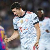 Lewandowski celebra uno de sus goles en el Camp Nou