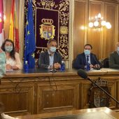 Los propietarios del castillo, junto a la alcaldesa de Belmonte y el presidente de la Diputación, Álvaro Martínez Chana