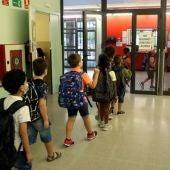 Alumnes entrant a l'escola Frederic Godàs de Lleida