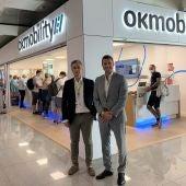 El CEO de OK Mobility, Othman Ktiri y el Director de Son Sant Joan, Tomás Melgar en la inauguración de la nueva oficina de OK Mobility ubicada en la terminal del aeropuerto de Palma.