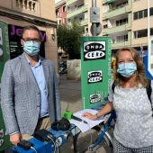 El alcalde de Palma, José Hila, acompaña a la periodista de Onda Cero Elka Dimitrova en una de las estaciones del servicio municipal de bicicletas de Palma