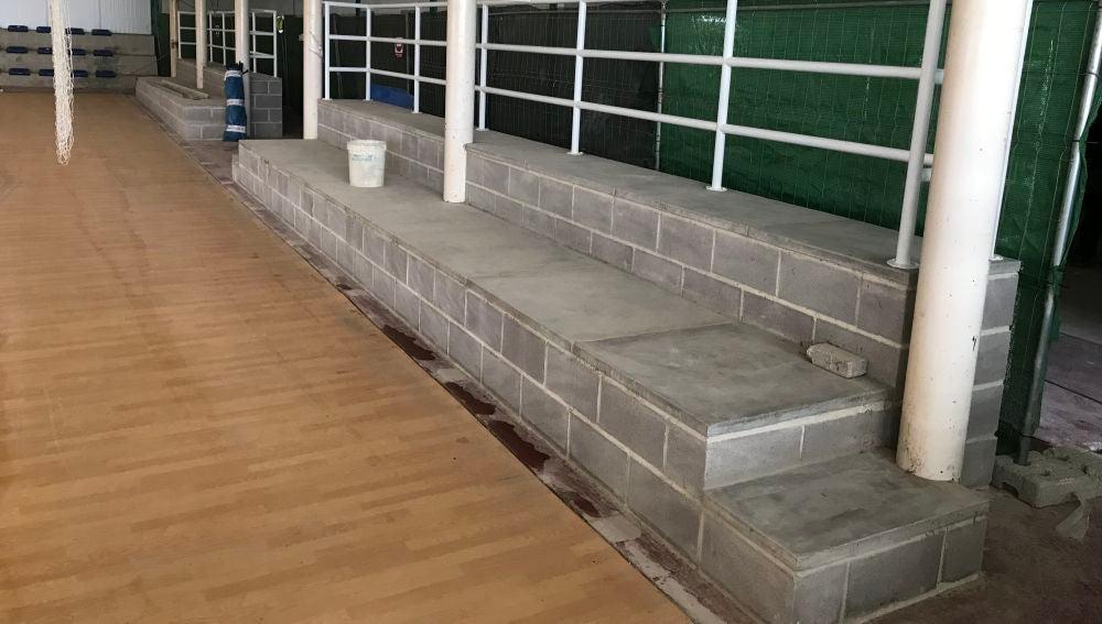 La nueva grada de dos filas de asientos que está ubicada detrás de una de las porterías de Carrús, justo delante de los nuevos vestuarios.