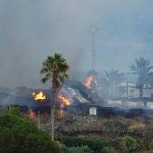 Se quema una casa debido a la lava tras la erupción del volcán en el Parque Nacional de Cumbre Vieja