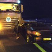 Conduce en sentido contrario durante más de cinco kilómetros y se estrella contra un camión