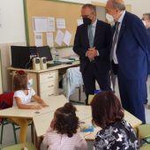 El consejero Faci, acompañado por el presidente de la DPT, Manuel Rando, visitan la escuela de Argente