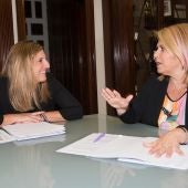 Irene García y Mamen Sánchez, instantes después de la firma
