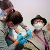 Euskadi comienza a administrar la tercera dosis de la vacuna en las Residencias