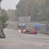 Los bomberos de Mallorca auxilian al conductor de un vehículo que se ha visto afectado por las inundaciones en el Puerto de Alcúdia